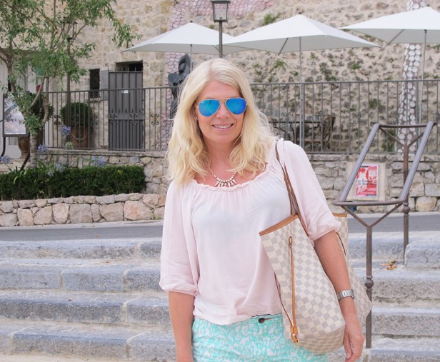 annika_mougins_louis_vuitton_neverfull_ray-ban_blue_shades