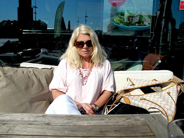 barista_pink_blouse