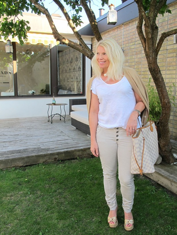 bleige_jeans_white_t-shirt