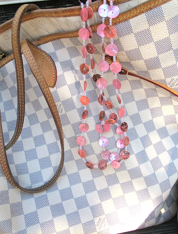 louis_vuitton_grey_white_neverfull_rosa_snack_halsband_dhipt
