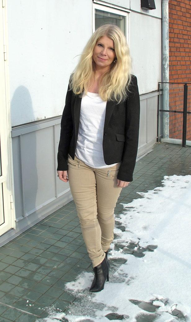 svart_kavaj_beige_jeans_med_blixtlas
