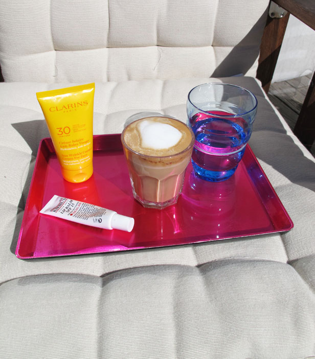 kaffe-i-solen-solskydd-clarins-kiehls