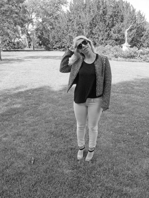 black_tee_tweed_jeans_sunglasses_rayban