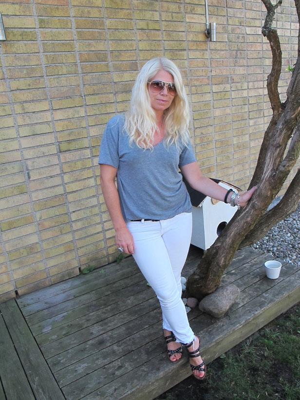 gra_t-shirt_vita_jeans_sandaler