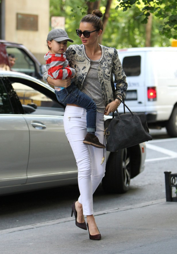 Miranda+Kerr+carries+son+Flynn+mama_outfit
