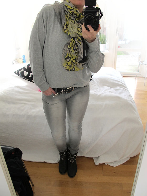 grey-jeans_sweatshirt