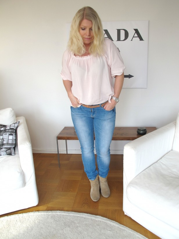 pink_top_light_blue_jeans
