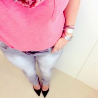 Soulcityguide blogger Annika in pink t-shirt with grey jeans and black suede pumps