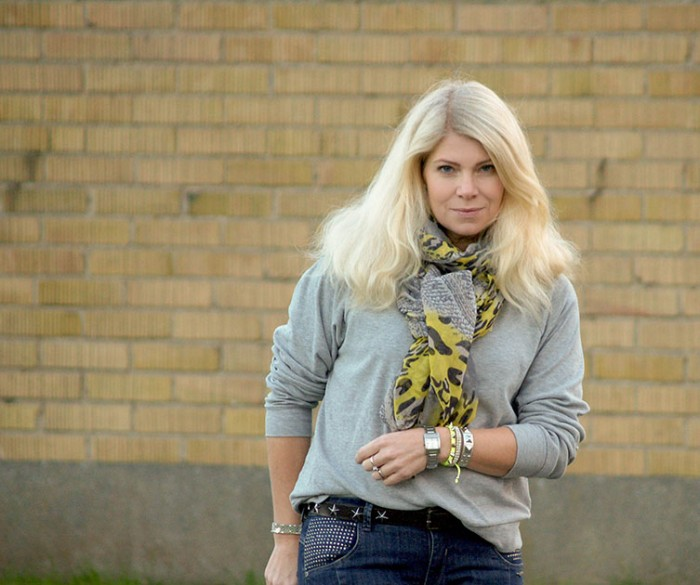 Blogger Annika Soulcityguide with yellow and silver bracelets