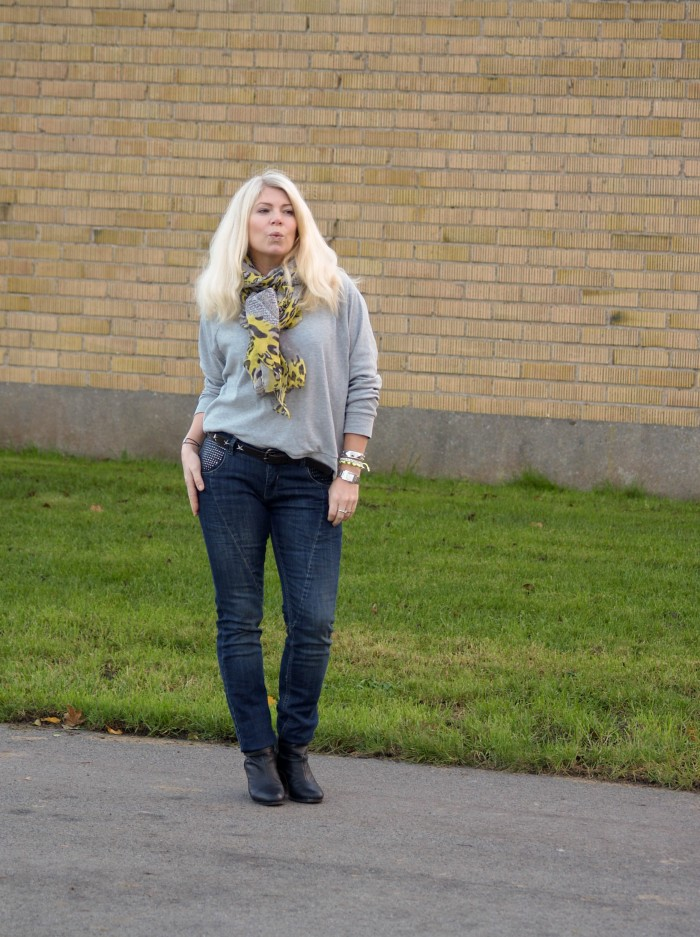 Blogger Annika from Soulcityguide in denimhunter jeans with stones on pockets
