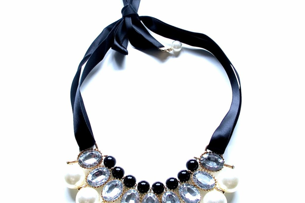 halsband från tiffyanys darlings med stenar och pärlor, knyts med svart sidenband