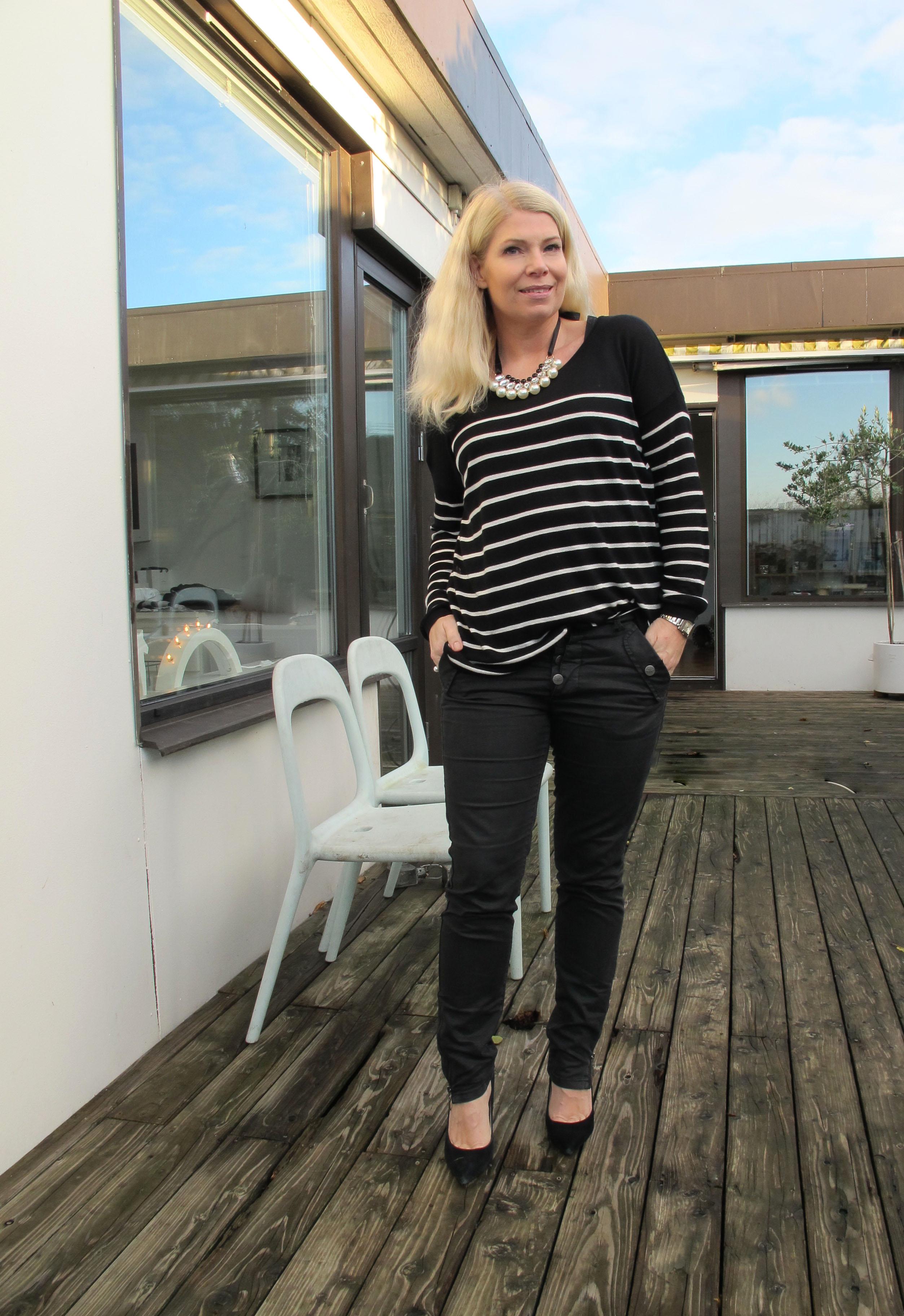 striped_knit_statement_necklace_denim_hunter_jeans ...