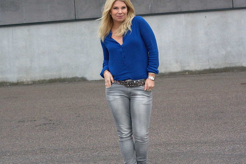 Blå blus grå jeans och kornblå klackar
