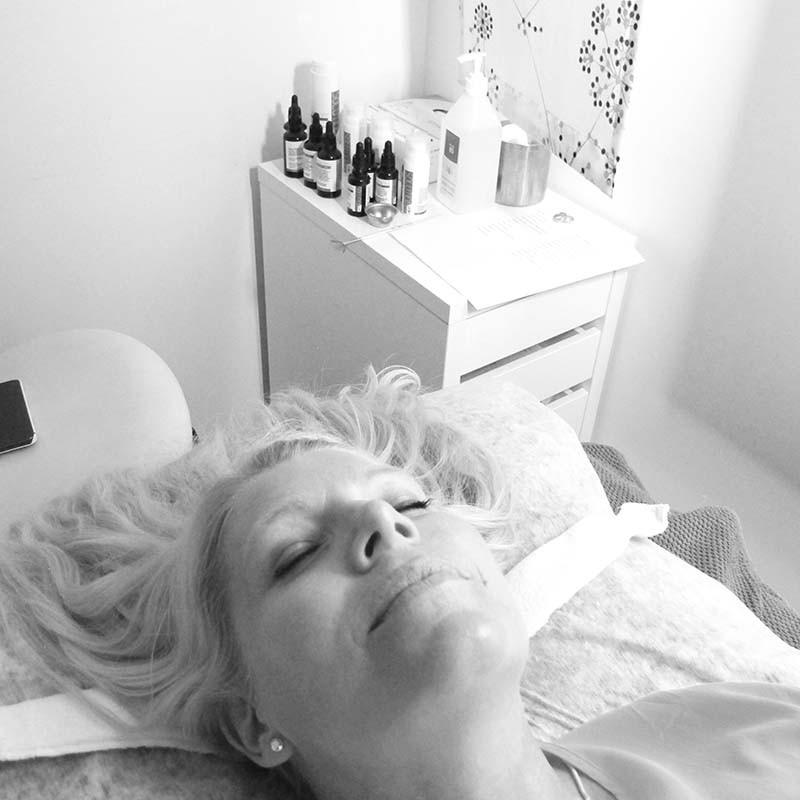 ansiktsbehandling med produkter från Solution by Victus