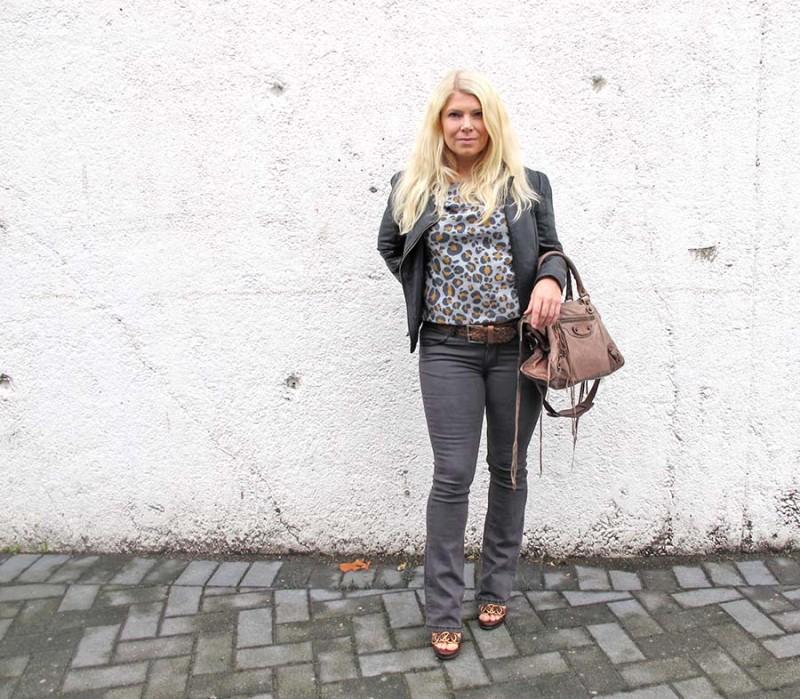 annika soulcityguide i leopardtop och utsvängda jeans